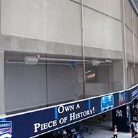 新洋基体育场体育场入口处的金属隔断网