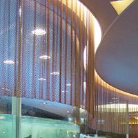 酒店金属垂帘搭配灯光装饰效果