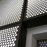 铝板冲孔装饰网幕墙安装效果-浩通金属丝网