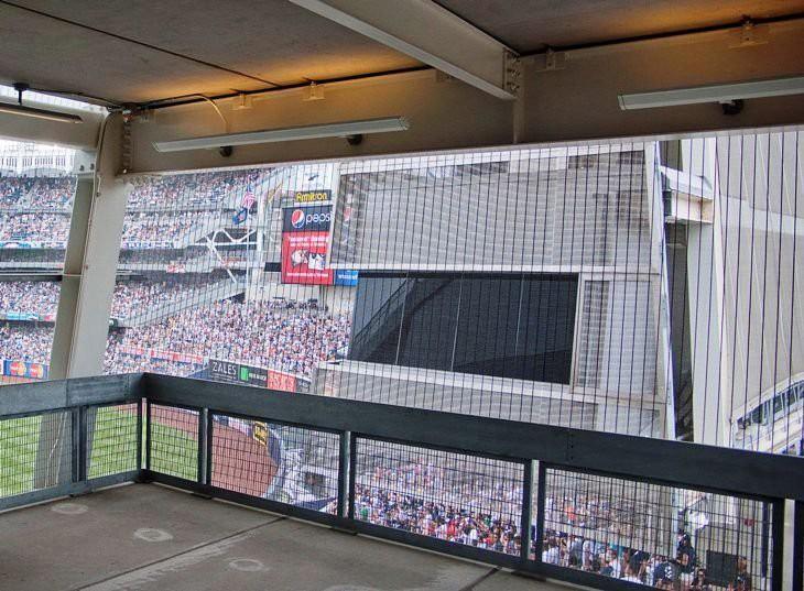 隔断金属网的应用,透明度允许视觉上进入球场,同时安全保障也得到了维护。